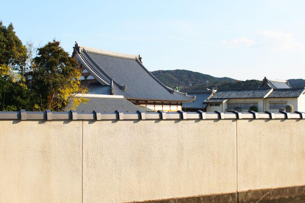 塀に伊勢箱小が葺かれているのを見に行きました。