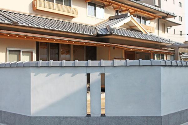 広島に伊勢箱大が葺かれている塀を見に行こう