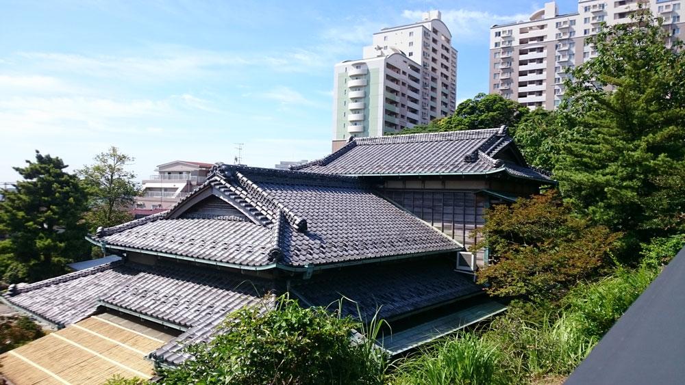 神奈川県で見たすごい立派な紐のしの屋根